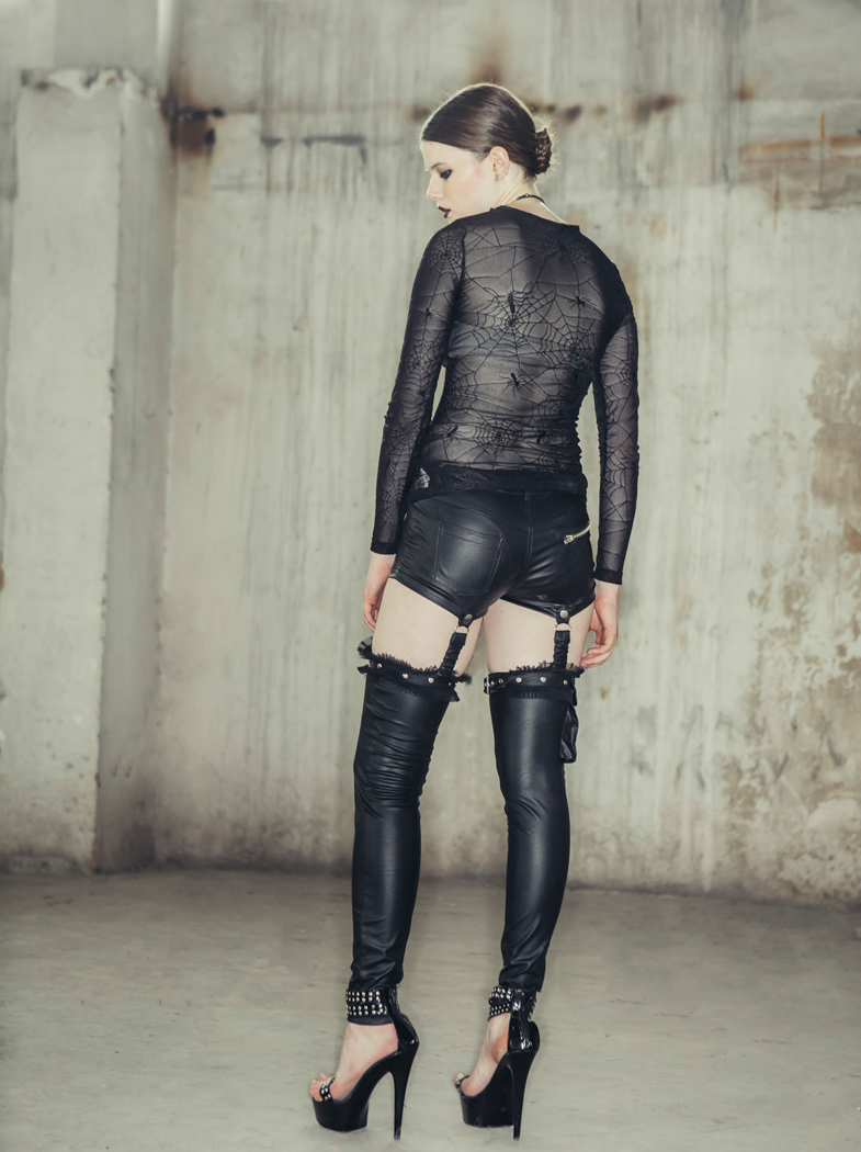 6d72b521ceee4f Mini short avec porte jarretelles faux cuir poche tête de mort emo gothique  sexy